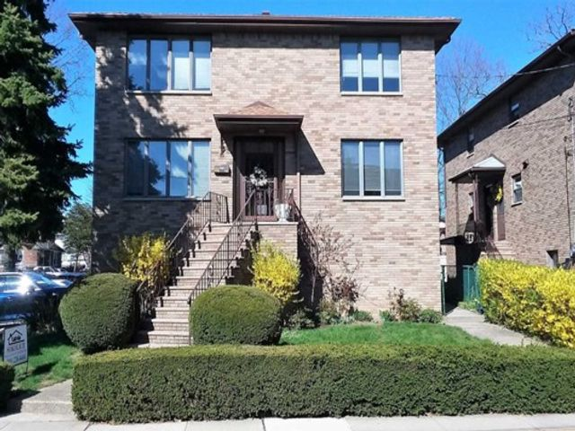 6 BR,  5.00 BTH 2 family style home in Fort Lee
