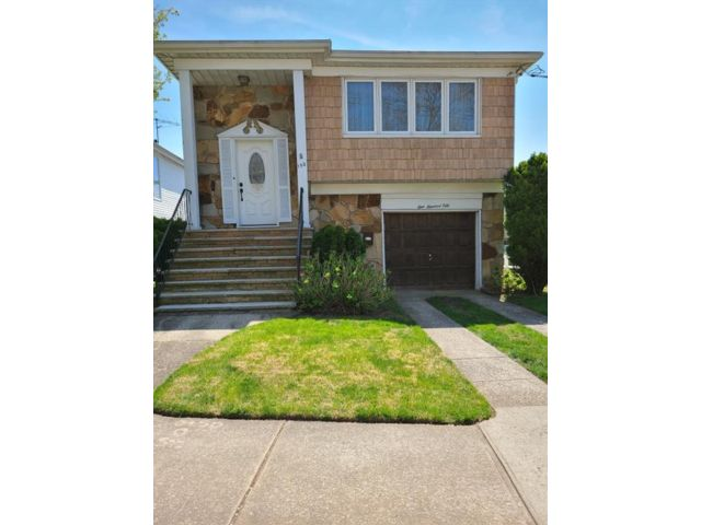 3 BR,  3.00 BTH Single family style home in Manor Heights