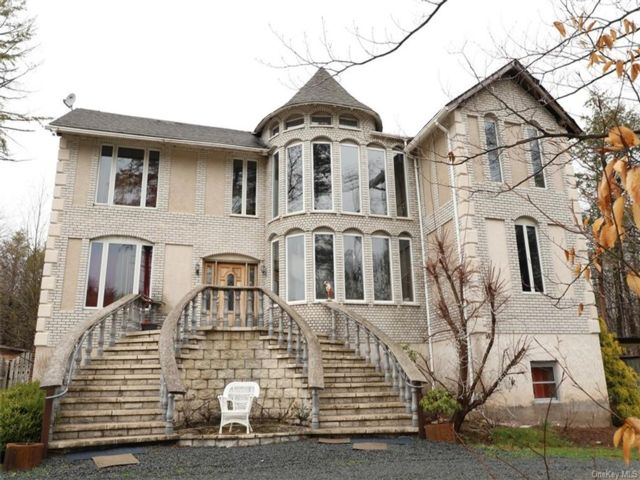 7 BR,  6.00 BTH Colonial style home in Thompson