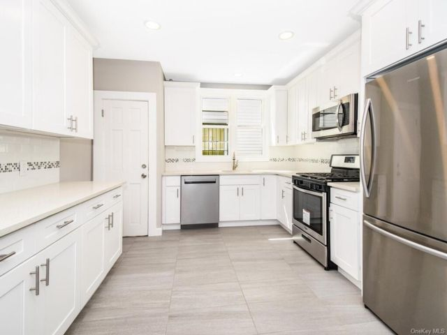 6 BR,  2.00 BTH Colonial style home in Wakefield