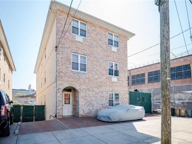 8 BR,  6.00 BTH Other style home in Parkchester