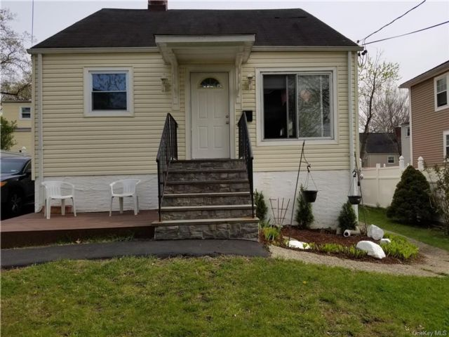 3 BR,  2.00 BTH  House style home in White Plains