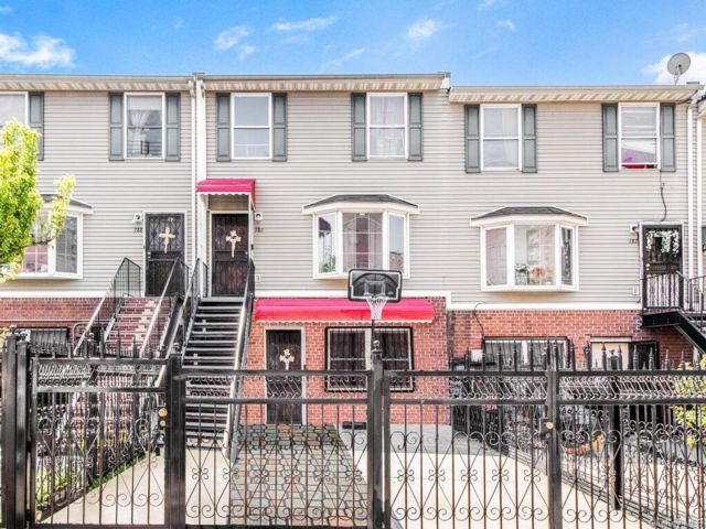 5 BR,  3.00 BTH  Other style home in Morrisania