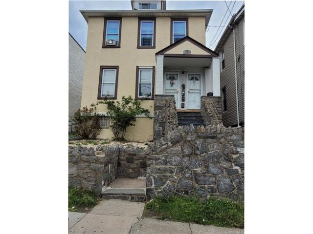 9 BR,  3.00 BTH House style home in Wakefield