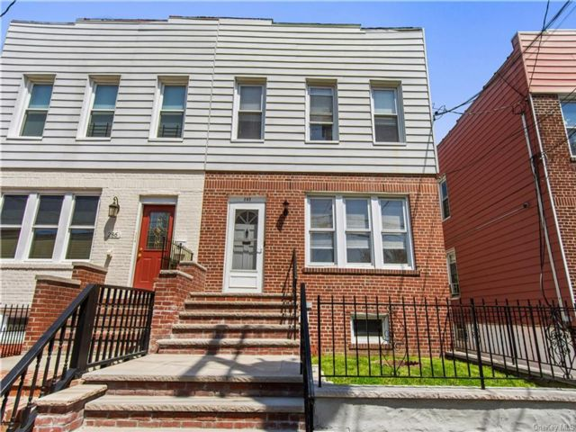 5 BR,  3.00 BTH  2 story style home in Throggs Neck