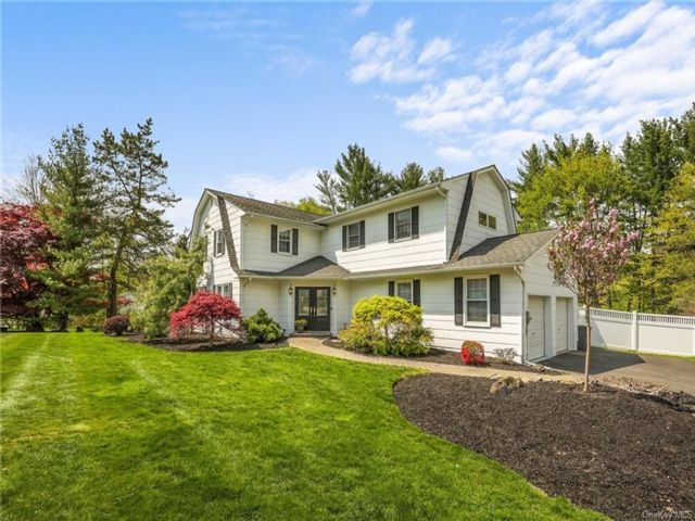 5 BR,  4.00 BTH  Colonial style home in Clarkstown
