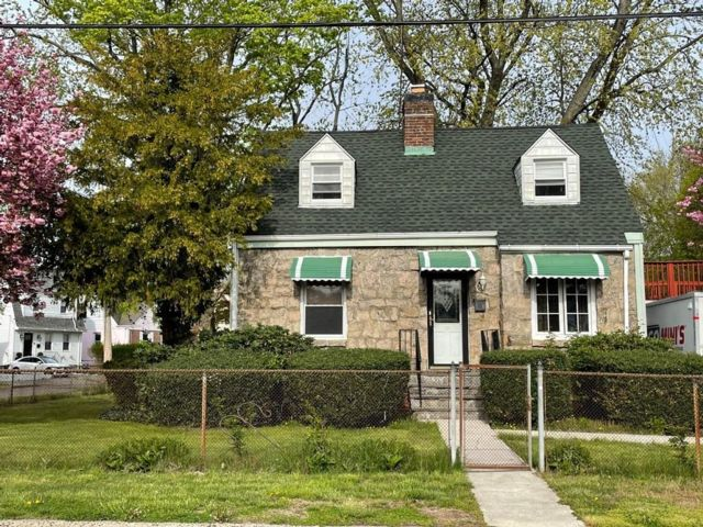 3 BR,  2.00 BTH  Cape style home in White Plains