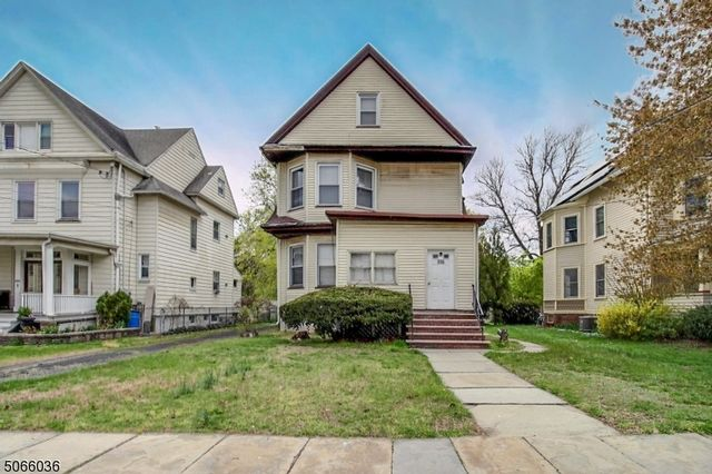 4 BR,  3.00 BTH Multi-family style home in Bloomfield
