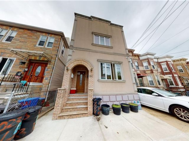 6 BR,  3.00 BTH Multi-family style home in Gravesend