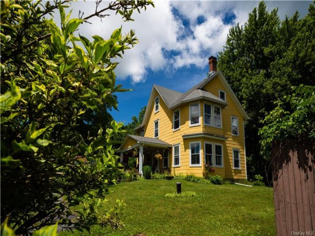 4 BR,  2.00 BTH Colonial style home in Highland