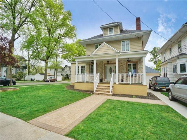 4 BR,  4.00 BTH Multi-family style home in Westerleigh