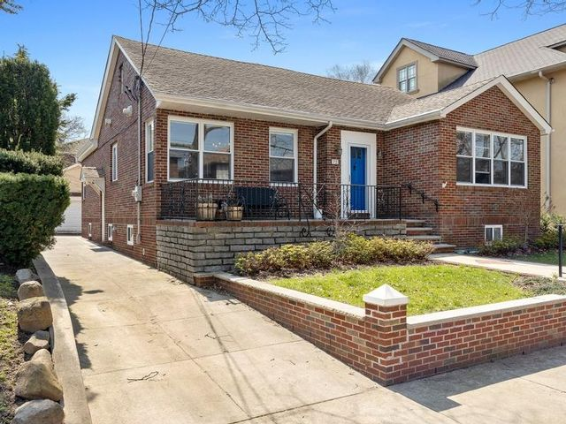 4 BR,  2.50 BTH Ranch style home in Bay Ridge
