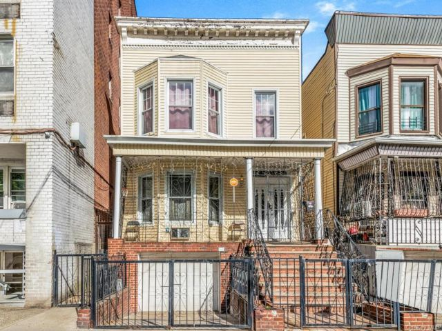 7 BR,  3.00 BTH 2 story style home in Jerome Avenue