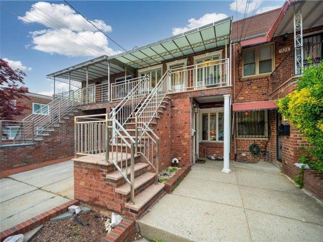 4 BR,  2.50 BTH Multi-family style home in Canarsie