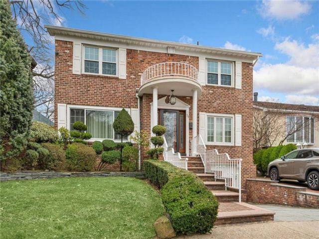 3 BR,  4.00 BTH Single family style home in Bay Ridge