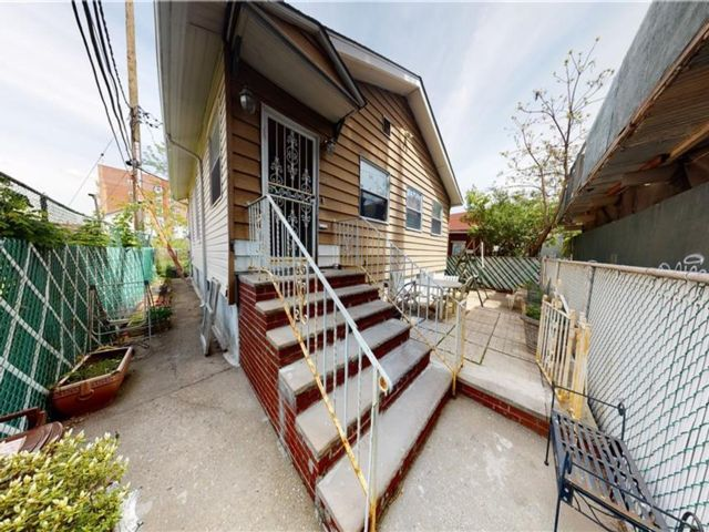 3 BR,  1.00 BTH  Single family style home in Brighton Beach