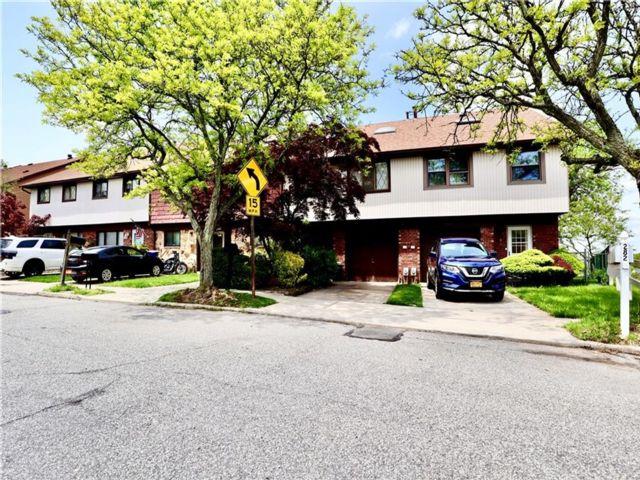 3 BR,  3.00 BTH Condominium style home in Arden Heights