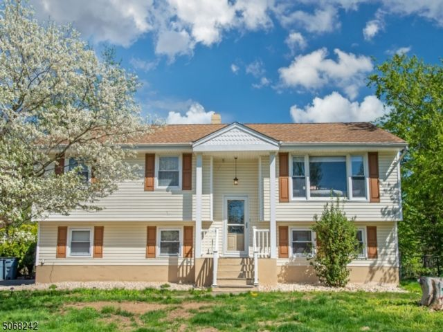 4 BR,  2.00 BTH  Bi-level style home in Fairfield