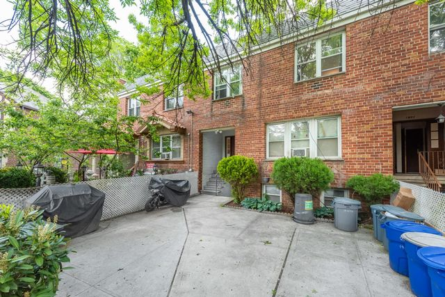 6 BR,  5.00 BTH Commercial style home in Astoria