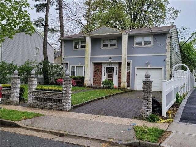 4 BR,  3.00 BTH Single family style home in Hempstead