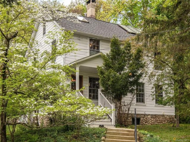 3 BR,  2.00 BTH  Colonial style home in Stony Point