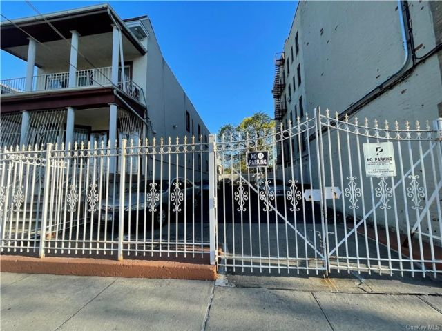 Lot <b>Size:</b>  Land style home in Soundview