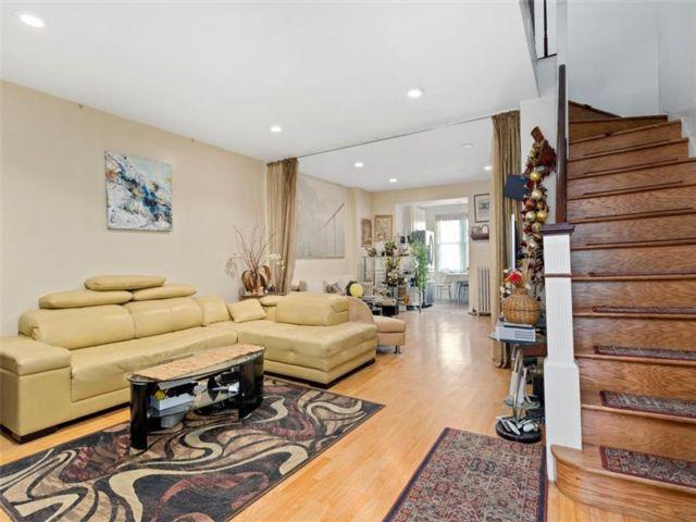 4 BR,  3.00 BTH Single family style home in Brighton Beach