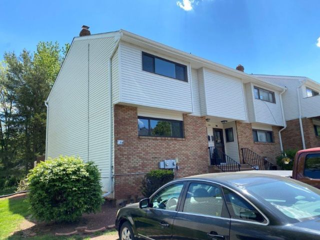 2 BR,  2.50 BTH Townhouse style home in Hillsborough