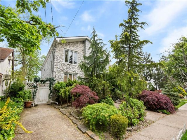 5 BR,  4.00 BTH Multi-family style home in Bay Terrace
