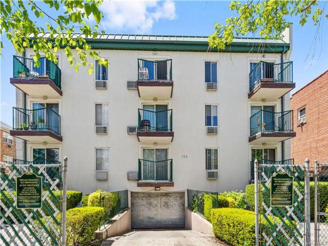 2 BR,  2.00 BTH Garden apartmen style home in Throggs Neck
