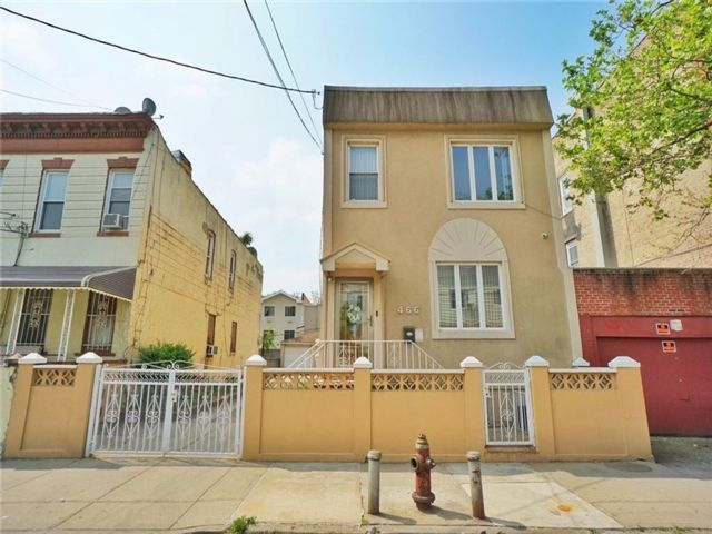 4 BR,  3.00 BTH Multi-family style home in Crown Heights