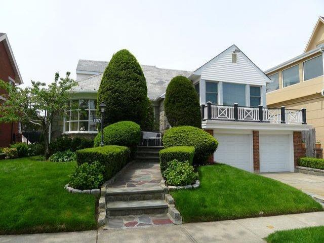 4 BR,  3.00 BTH Single family style home in Belle Harbor