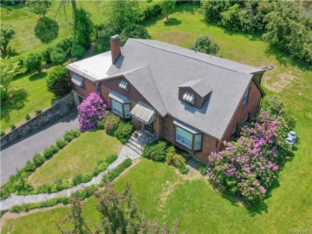 4 BR,  3.00 BTH Cape style home in New Windsor