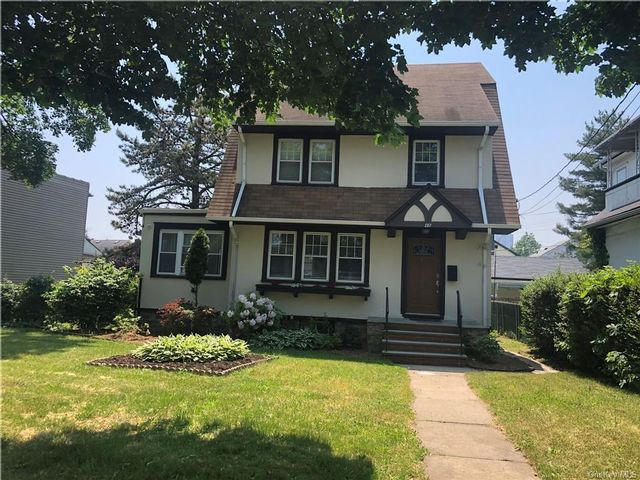 5 BR,  4.00 BTH Colonial style home in New Rochelle
