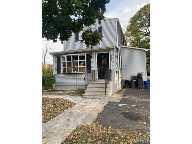 4 BR,  2.00 BTH Colonial style home in Lyndhurst