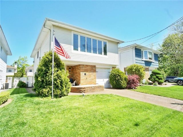 4 BR,  2.00 BTH Single family style home in Lighthouse Hill