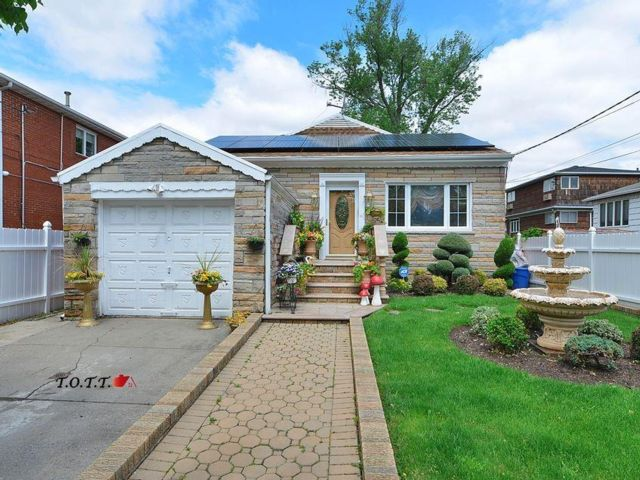 4 BR,  3.00 BTH Single family style home in Bergen Beach