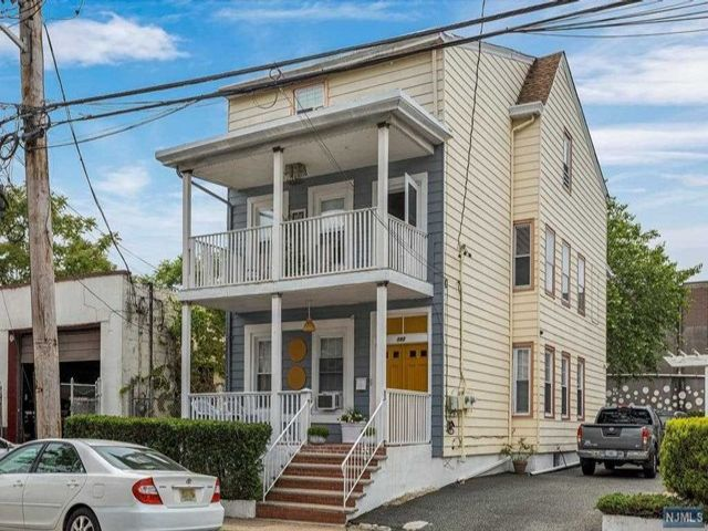 6 BR,  2.55 BTH 2 family style home in Paterson