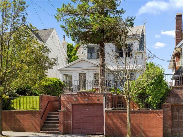 3 BR,  2.00 BTH Single family style home in Bay Ridge