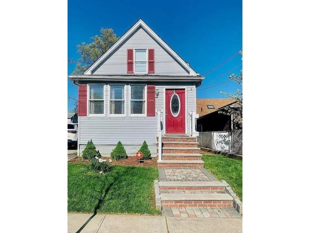 2 BR,  2.00 BTH Single family style home in Eltingville