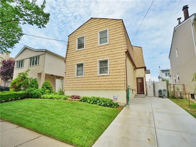 5 BR,  3.00 BTH Single family style home in Annadale