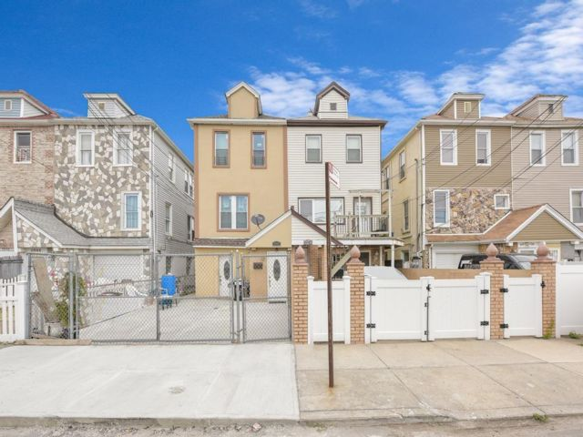 6 BR,  3.50 BTH Multi-family style home in Arverne