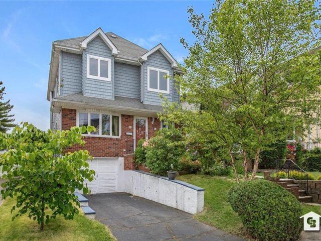 3 BR,  4.00 BTH Single family style home in Castleton Corner