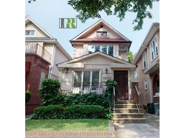 6 BR,  3.00 BTH Single family style home in Midwood