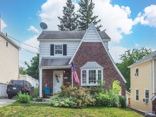 4 BR,  2.00 BTH Colonial style home in Wood Ridge