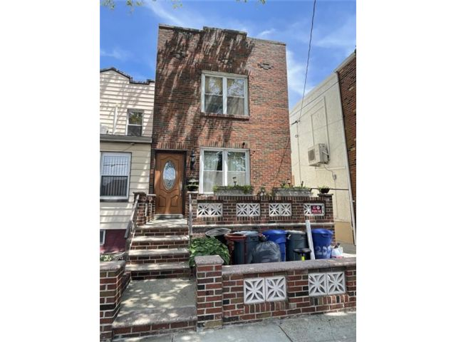 3 BR,  0.00 BTH Multi-family style home in Gravesend