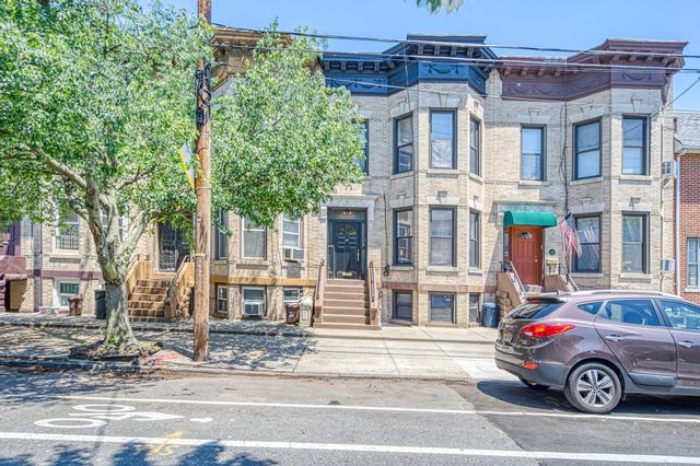 5 BR,  2.50 BTH Townhouse style home in Bay Ridge