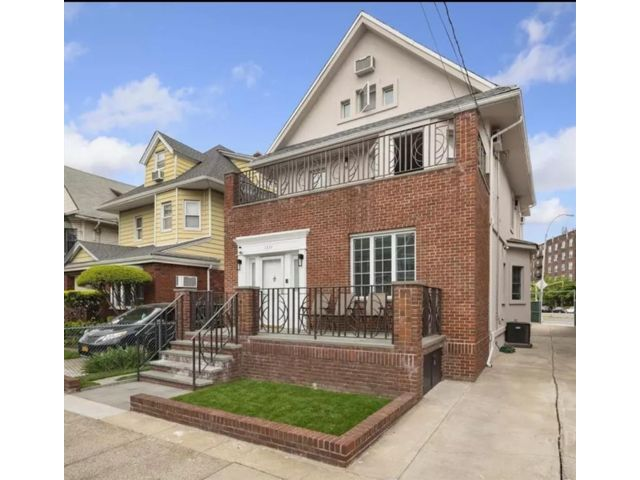 5 BR,  5.00 BTH Single family style home in Midwood