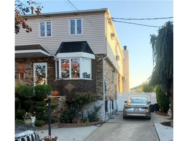 3 BR,  3.00 BTH Condominium style home in Bergen Beach