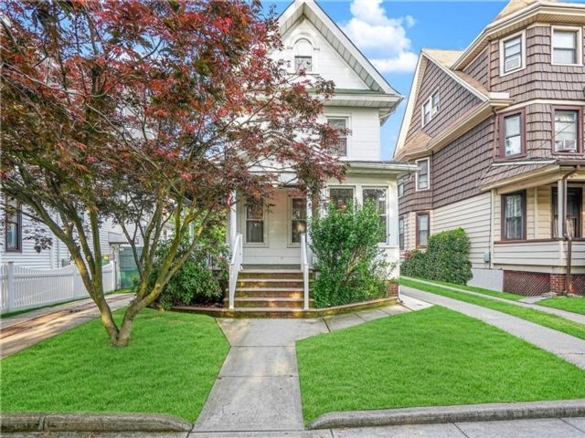 4 BR,  3.00 BTH Single family style home in Woodhaven